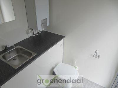 binnenkant mobiele badkamer