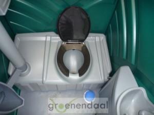 De binnenkant van een luxe toiletcabine met wastafel