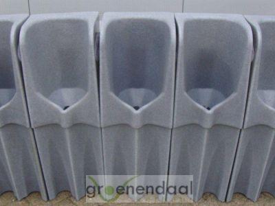 eenmans urinoirs op een rij