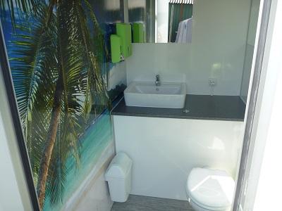 kleine toiletwagen binnenkant